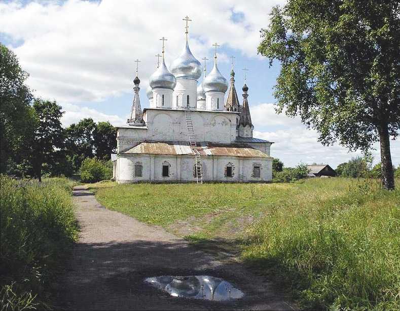 Крестовоздвиженский собор в Тутаеве Ярославской области.  Общий вид с востока.