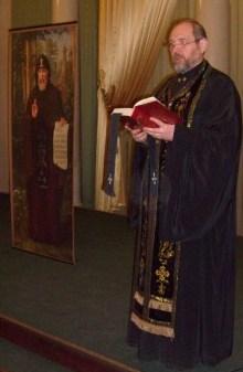Иерей Алексий Мороз служит молебен на конференции