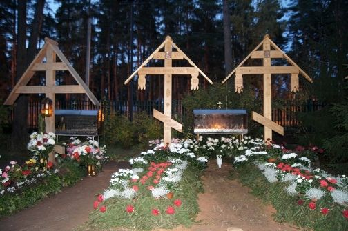 Останки двух настоятелей храма Казанской иконы Божией Матери в Вырице Ленобласти перезахоронены за его алтарем
